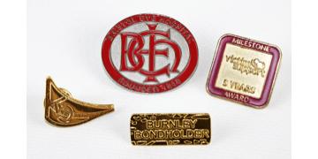 Badges en métal sablés